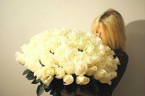блондинка и розы картинка