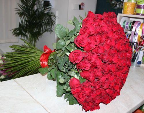 Доставка 101 розы по Киеву от Флора-Сакура