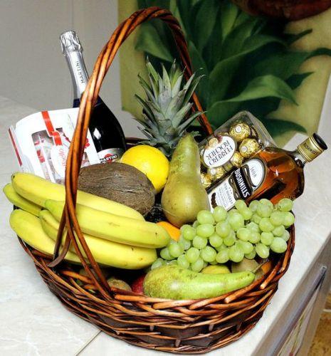 Подарочная корзина для мужчины с алкоголем и фруктами