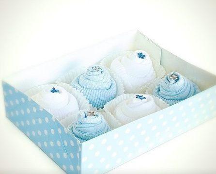 Подарок новорожденному - пирожные из носочков