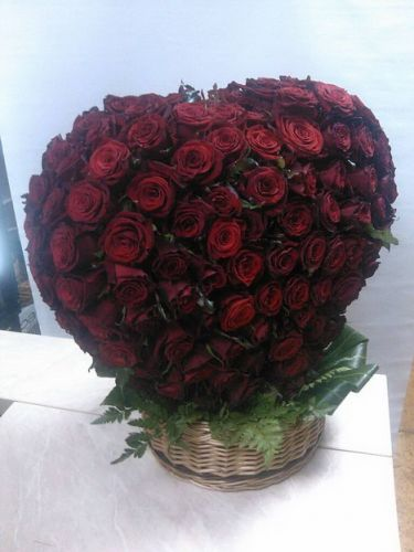 Шикарное сердце из 251 розы